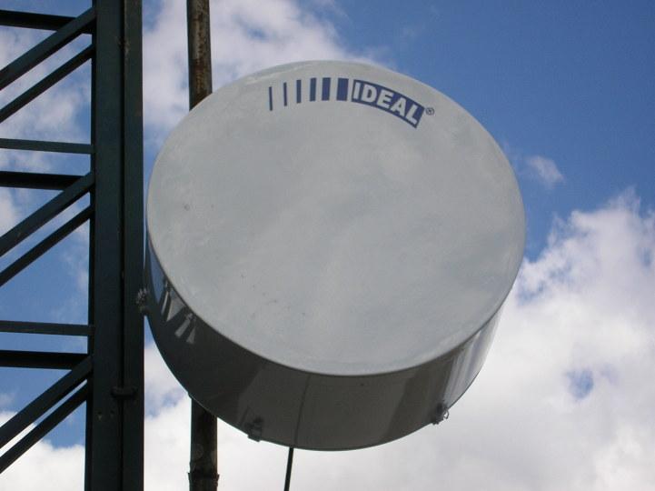Antena com randome shield em alumínio, que confere proteção extra.