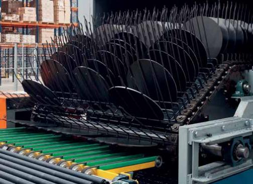 Após passar pelo processo em que o alumínio recebe o revestimento, os discos estão prontos para serem moldados no formato das panelas
