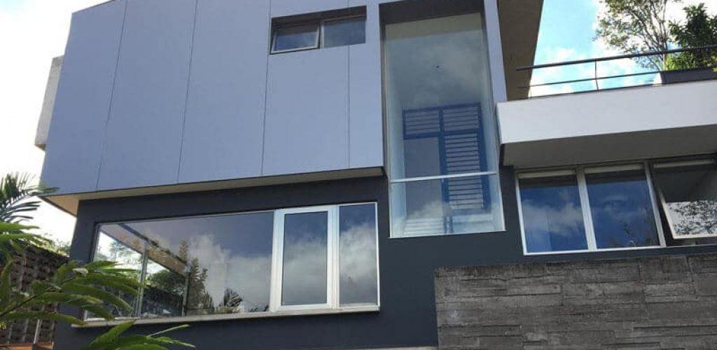 Casa de alvenaria convencional em São Paulo recebe revestimento de ACM na cor smoke silver (divulgação/Nitsche Arquitetos)