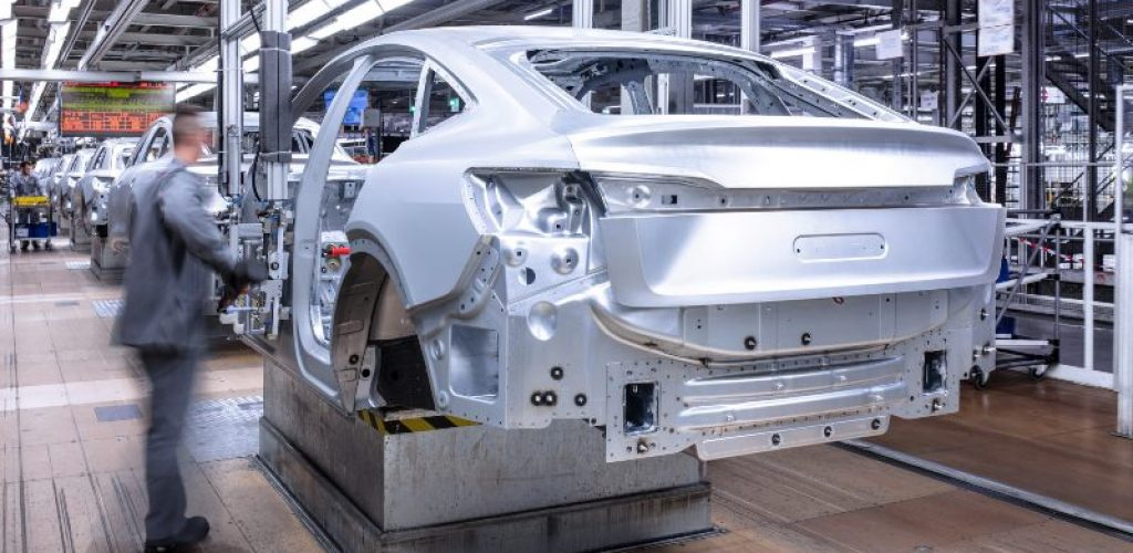 Production of the Audi e-tron Sportback at Audi Brussels: attachment line in the body shop
