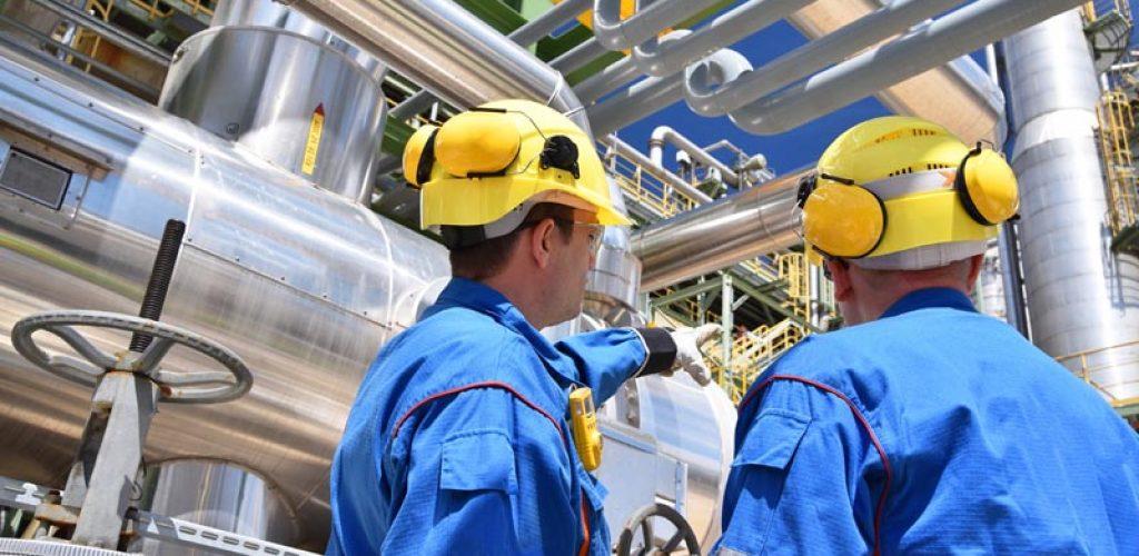 Arbeiter in einer Industrieanlage - Raffinerie zur Verarbeitung
