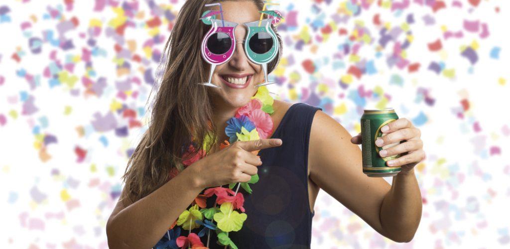 Bonita garota pulando feliz na festa de celebração bebendo cer