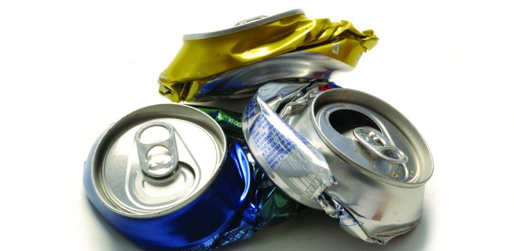 97,7% das latas produzidas no Brasil são recicladas: processo leva pouco mais de um mês entre consumo, descarte e reciclagem