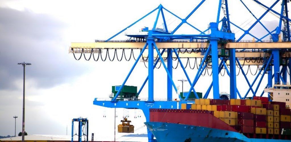 Navire porte-conteneurs en cours de chargement et déchargement au port