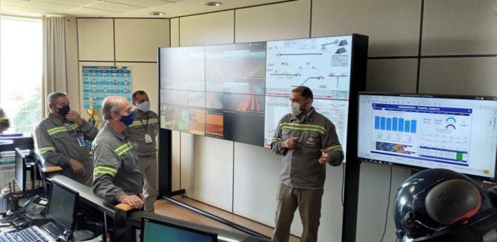 Juruti-presidente da Alcoa Brasil, Otávio Carvalheira, na Sala de Controle do Porto. Foto-Comunicação Juruti