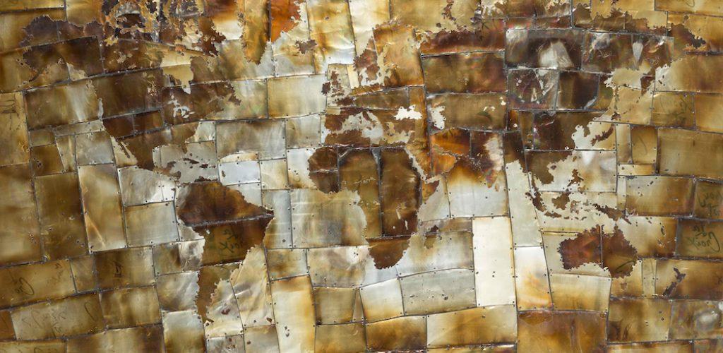 Com latas de alumínio cortadas e queimadas, Block conseguiu criar uma peça diferenciada para representar o mundo. Outras obras como esta são marca registrada do artista norte-americano