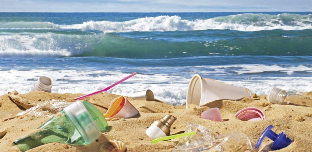 Plastikmüll verunreinigt einen wunderbaren Sandstrand