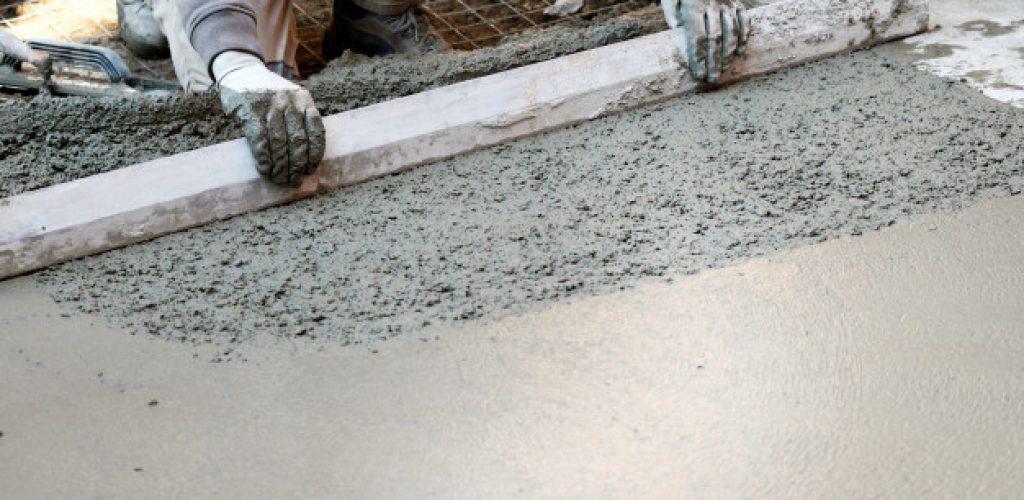 trabalhador-achatando-o-piso-de-concreto_126745-654